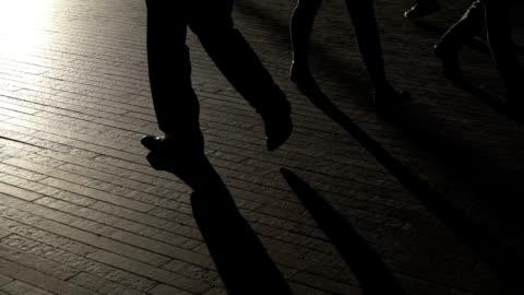 vídeos y material grabado en eventos de stock de silueta piernas de londres viajeros caminando en cámara lenta - sombra