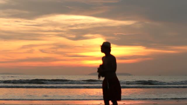 vídeos de stock, filmes e b-roll de silhueta de homem dançando na praia - violão