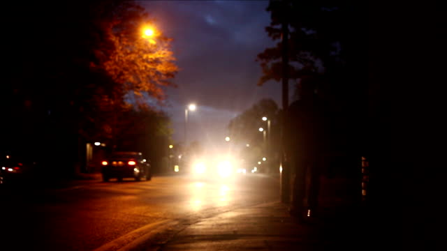 vídeos de stock, filmes e b-roll de silhueta de homem na rua. - espreitando