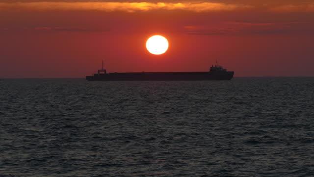 silhouette von einem Frachtschiff