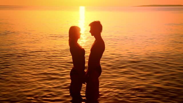 hd: silhouette von ein paar küssen bei sonnenuntergang - verhältnis stock-videos und b-roll-filmmaterial
