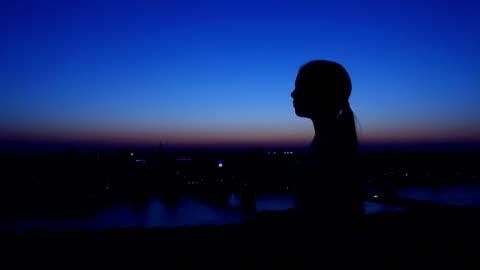 silhouette der ein mädchen gegen den abendhimmel steigen. - zeigen stock-videos und b-roll-filmmaterial