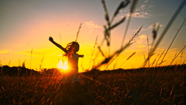 vidéos et rushes de slo missouri silhouette d'une jeune fille course dans prairie - robe d'été
