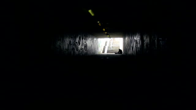 hd dolly: silhouette der soldaten person - nicht erkennbare person stock-videos und b-roll-filmmaterial