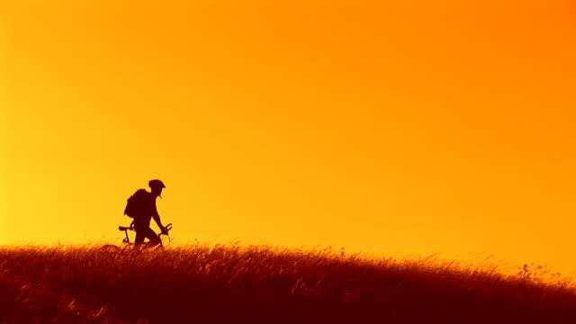 hd :シルエットを mountainbiker - hill点の映像素材/bロール