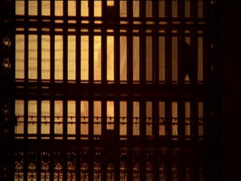 vídeos y material grabado en eventos de stock de silhouette of a person walking behind a grille at grand central station, new york, usa - estación edificio de transporte