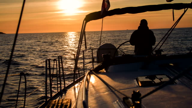 ms シルエット、スキッパーの帆船 - crew点の映像素材/bロール