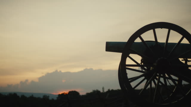 silhouette einer us-bürgerkriegskanone aus dem gettysburg national military park, pennsylvania bei sonnenuntergang - gettysburg stock-videos und b-roll-filmmaterial