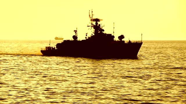 vidéos et rushes de silhouette d'un vaisseau de guerre sur la haute mer - marine