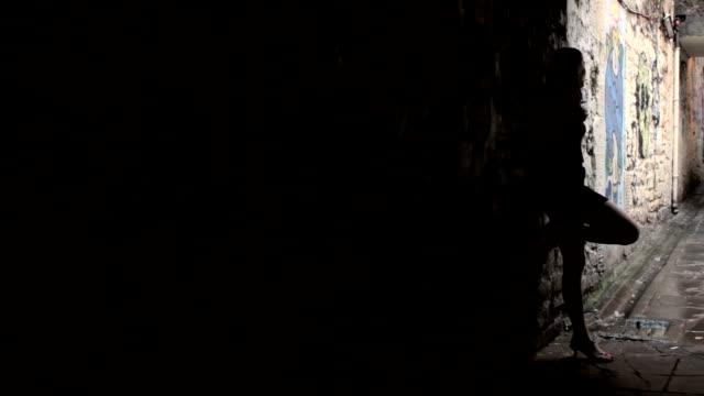 vídeos y material grabado en eventos de stock de silueta de una mujer en sucio alley - prostituta