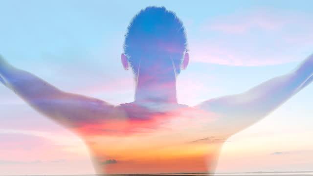 vídeos de stock, filmes e b-roll de ws silhueta de uma mulher de braços abertos contra um fundo de uma paisagem de nuvens ao anoitecer - mãos estendidas