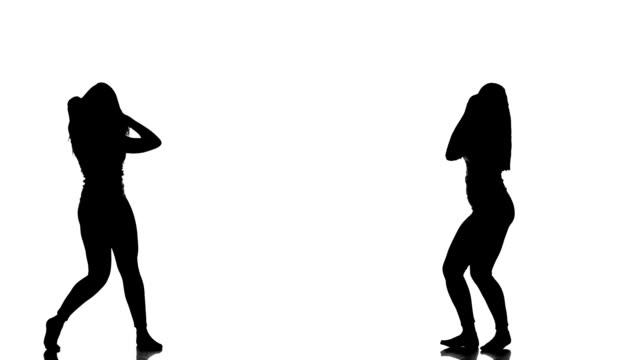 stockvideo's en b-roll-footage met hd loop: silhouette of a young dancing girl - silhouet
