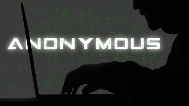 匿名のハッカーのシルエットタイピングコードクローズアップ - アノニマス点の映像素材/bロール