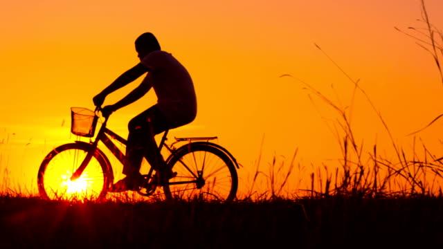 vídeos y material grabado en eventos de stock de silueta de bicicleta de niño y - silueta