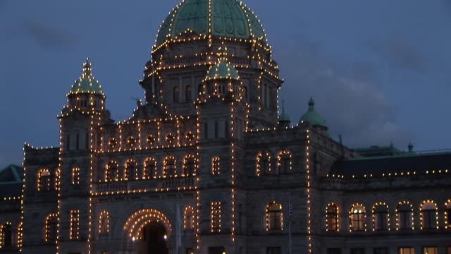 ms, zo, ws, silhouette of british columbia parliament buildings illuminated at dusk, victoria, british columbia, canada - カナダ ビクトリア市点の映像素材/bロール