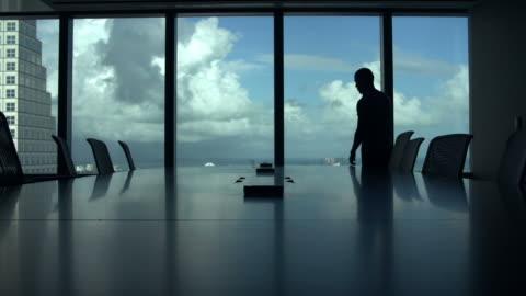 vídeos de stock, filmes e b-roll de silhueta do empresário no telefone celular em sala de diretoria - presidente de empresa