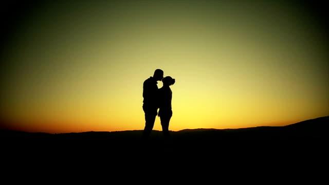 Silueta de pareja besar