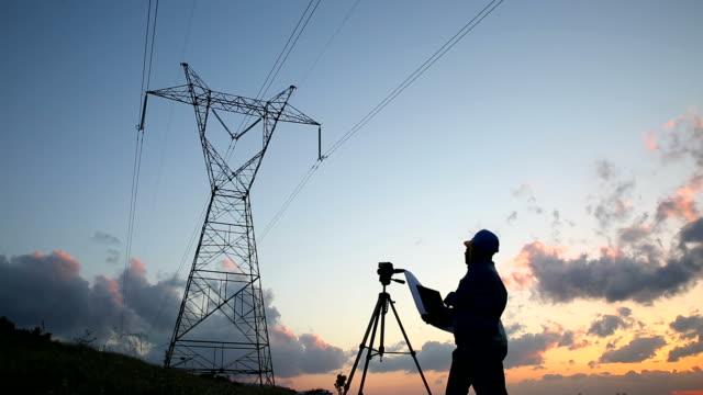 vidéos et rushes de silhouette de travailleurs de l'électricité, des ingénieurs de - plan d'architecte
