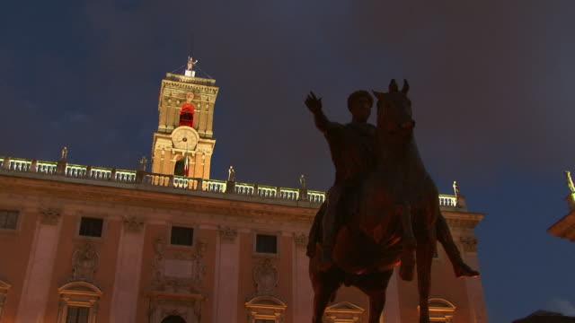 ms, la, silhouette of equestrian statue of marcus aurelius with palazzo senatorio in background, night, rome, italy - ローマ皇帝点の映像素材/bロール