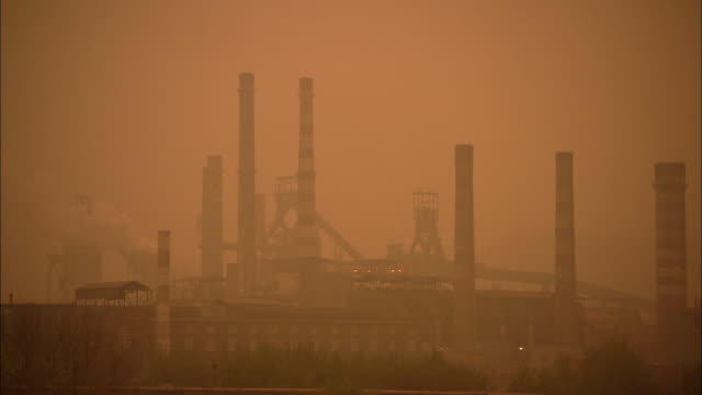 ws silhouette of factory smokestacks surrounded by thick smog, beijing, china - スモッグ点の映像素材/bロール