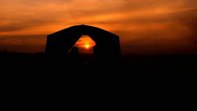 夕暮れキャンプ家族のシルエット - アウトドア点の映像素材/bロール