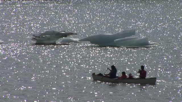 ws, ha, silhouette of family with two children canoeing on mendenhall lake, passing icebergs, tongass national forest, alaska, usa - juneau stock videos and b-roll footage