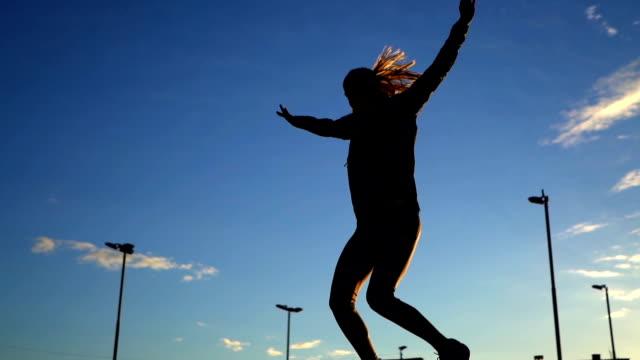 喜びのジャンプ女性勝者のシルエット - in silhouette点の映像素材/bロール