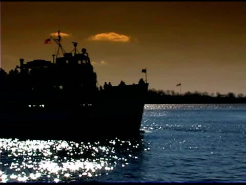 vídeos de stock e filmes b-roll de silhouette of ferry passing statue of liberty in new york - figura feminina