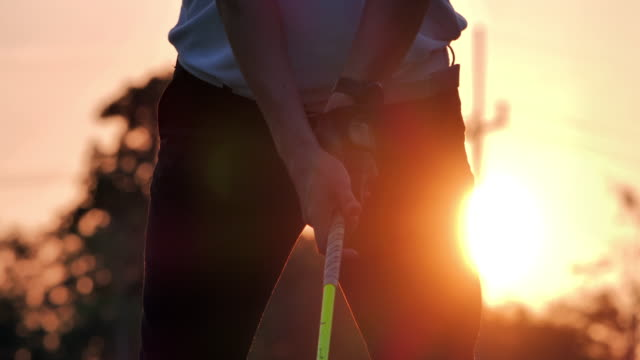vídeos de stock e filmes b-roll de silhouette of golfers hit sweeping and keep golf course in the summer for relax time.silhouette golfer at sunset.confidence, leadership, power, skill, strength, success, sports cinemagraphs.4k sports - golfe