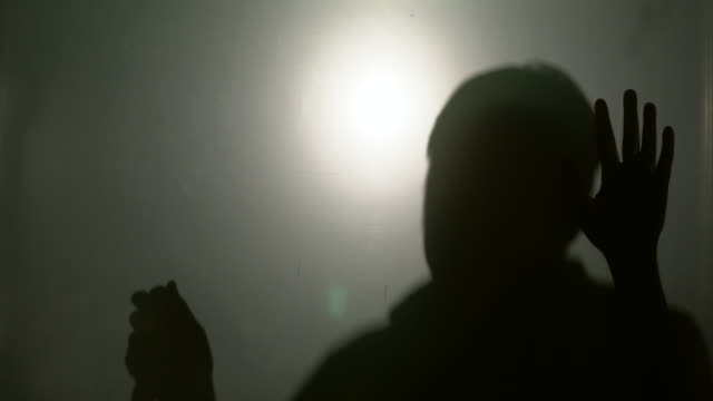 ホラーマンのシルエットと手にナイフを叩く - 刺傷事件点の映像素材/bロール