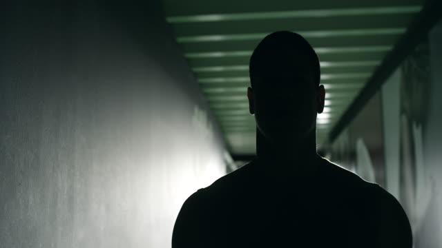silhouette des männlichen bodybuilder zu fitness-studio - sporttraining stock-videos und b-roll-filmmaterial