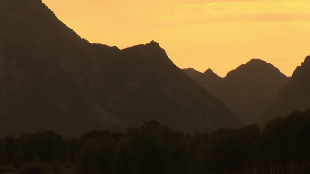 zo, ms, silhouette of mountain range and snake river at sunset, grand teton national park, wyoming, usa - snake river stock videos & royalty-free footage