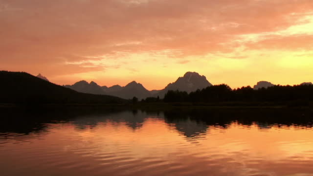 vídeos y material grabado en eventos de stock de  ws, silhouette of mountain range and snake river at sunset, grand teton national park, wyoming, usa - grand teton