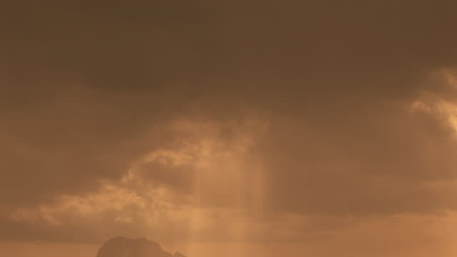 vídeos y material grabado en eventos de stock de zo, ws, silhouette of mountain range with sun shining through clouds, grand teton national park, wyoming, usa - cordillera tetón