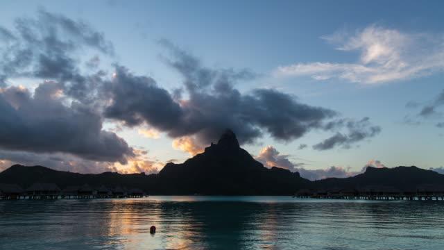 stockvideo's en b-roll-footage met silhouette of mt otemanu and seascape at night - franse overzeese gebieden