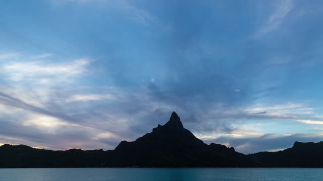 stockvideo's en b-roll-footage met silhouette of mt otemanu at the sunset and clouds flowing - franse overzeese gebieden