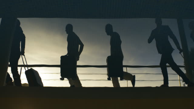 vídeos de stock e filmes b-roll de silhouette of people at airport, rush hours - contraste