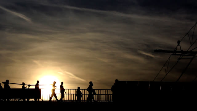 stockvideo's en b-roll-footage met silhouette of people - contrasten