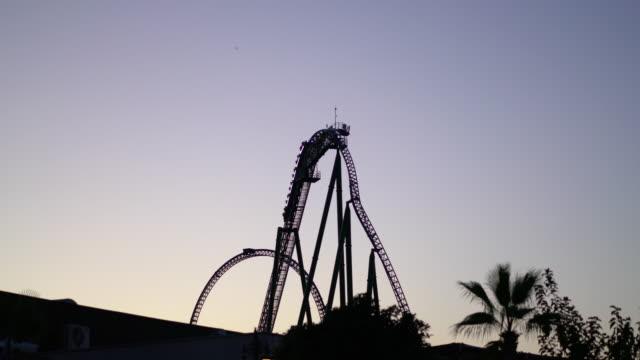 stockvideo's en b-roll-footage met silhouet van de achtbaan - attractiepark