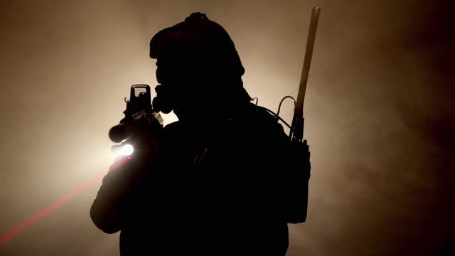 vidéos et rushes de ms, silhouette of special forces operator in full protection gear with assault rifle, tampa, florida, usa - soldat
