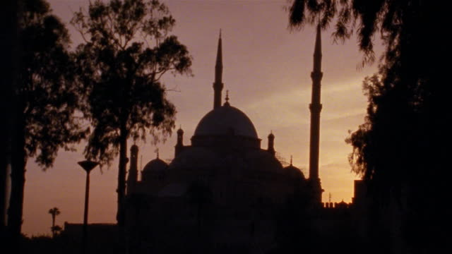 ms, pan, silhouette of sultan hassan mosque at dusk, cairo, egypt - turmspitze stock-videos und b-roll-filmmaterial