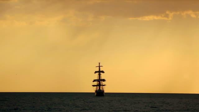 シルエットの古代の帆船の夕暮れ - クルーズ点の映像素材/bロール