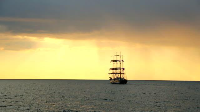 silhouette della vecchia barca a vela al tramonto - veliero video stock e b–roll