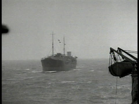 vídeos de stock e filmes b-roll de silhouette of us navy convoy at sea atlantic ocean ws freighter at sea ws english destroyer ship at sea ms stern of ship waves from ship wake british... - escolta