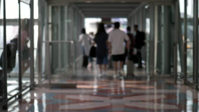 Silhouette Menschen zu Fuß am Flughafen