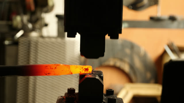 vídeos de stock e filmes b-roll de silhouette power hammer forging metal object - ferro metal