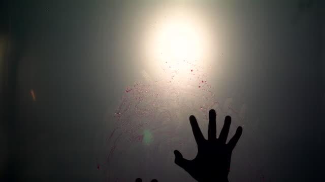 vídeos de stock e filmes b-roll de silhouette scared of red blood hand - rasto forma