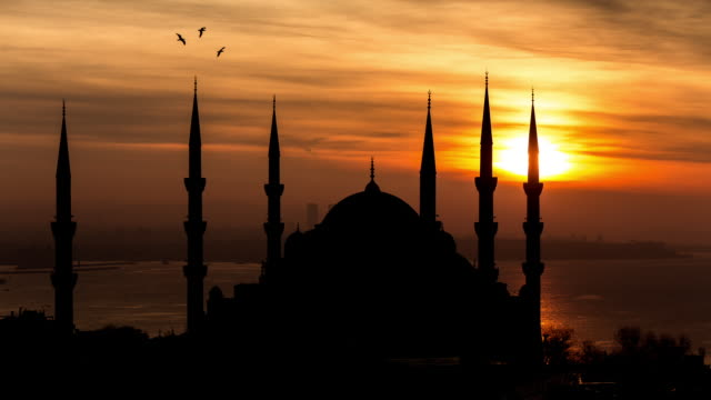 vídeos de stock e filmes b-roll de istanbul - circa 2014: silhouette sunrise time lapse of the blue mosque with beautiful colours in istanbul, turkey - corno dourado istambul