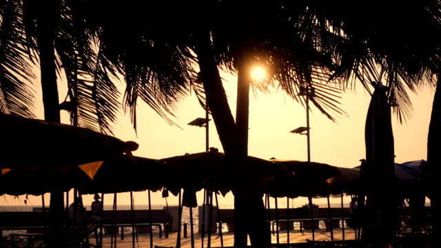 Silhouette-Sonnenuntergang am Strand, Thaialand