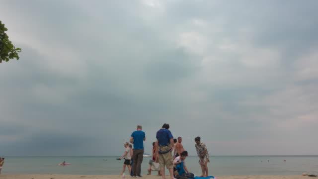 silhouette turist, publiken på ren havsytan vid solnedgången. - andamansjön bildbanksvideor och videomaterial från bakom kulisserna